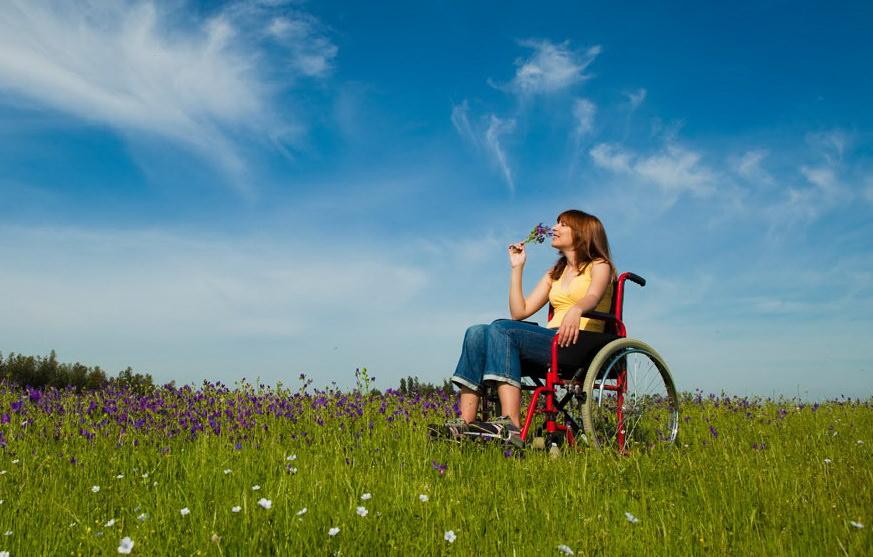 Какие полагаются льготы инвалидам 1 группы в 2019 году? Изменения в законе, порядок оформления, размеры выплат. Льготы инвалидам 1 группы в 2019 году сохранят свое действие как в рамках федерального законодательства, так и на местном уровне. Граждане, прошедшие в установленном законом порядке МСЭ и признанные инвалидами 1 группы, могут получать льготы, как на федеральном, так и на региональном уровне. Данная группа инвалидности присваивается гражданам, которые имеют стойкое нарушение здоровья и фактически лишены возможности работать. Поэтому основная цель предоставляемых государством льгот – помощь в осуществлении жизнедеятельности, возможность реализовывать свои права либо с участием представителей соцзащиты, либо иных граждан, осуществляющих уход за ними. Чем установлены льготы инвалидам I группы? После того, как гражданину присваивается 1 группа инвалидности, ему выдается программа реабилитации и абилитации – документы, в которых содержится программа восстановления гражданина после перенесенной травмы или имеющейся болезни, а также систему формирования отсутствующих способностей к бытовой, социальной, материальной адаптации. В данных программах указывается на необходимость получения технических средств, специальной обуви, санаторно-курортного лечения и т.д., то есть перечень мероприятий, которые должны быть реализованы в отношении инвалида и предоставлены ему в качестве льгот. Исходя из этого списка уточняется перечень нормативных актов, регламентирующих конкретный вид льготы. Преференции для инвалидов устанавливаются либо федеральным, либо региональным законодательством. Разница состоит в источнике финансирования и условиях получения льгот, в зависимости от региона, если речь идет о местных законах. Федеральные законы Социальная защита инвалидов на территории РФ регламентируется ФЗ № 181-ФЗ от 24.11.1995. Закон уточняет, кто является инвалидом, основные направления реабилитации и абилитации данных лиц. Дополнительные льготы по отдельным направлениям и сферам жиз