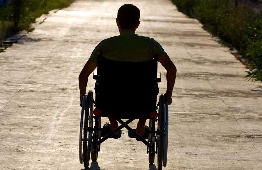 Какие полагаются льготы инвалидам 1 группы в 2019 году? Изменения в законе, порядок оформления, размеры выплат. Льготы инвалидам 1 группы в 2019 году сохранят свое действие как в рамках федерального законодательства, так и на местном уровне. Граждане, прошедшие в установленном законом порядке МСЭ и признанные инвалидами 1 группы, могут получать льготы, как на федеральном, так и на региональном уровне. Данная группа инвалидности присваивается гражданам, которые имеют стойкое нарушение здоровья и фактически лишены возможности работать.  Поэтому основная цель предоставляемых государством льгот – помощь в осуществлении жизнедеятельности, возможность реализовывать свои права либо с участием представителей соцзащиты, либо иных граждан, осуществляющих уход за ними. Чем установлены льготы инвалидам I группы? После того, как гражданину присваивается 1 группа инвалидности, ему выдается программа реабилитации и абилитации – документы, в которых содержится программа восстановления гражданина после перенесенной травмы или имеющейся болезни, а также систему формирования отсутствующих способностей к бытовой, социальной, материальной адаптации. В данных программах указывается на необходимость получения технических средств, специальной обуви, санаторно-курортного лечения и т.д., то есть перечень мероприятий, которые должны быть реализованы в отношении инвалида и предоставлены ему в качестве льгот. Исходя из этого списка уточняется перечень нормативных актов, регламентирующих конкретный вид льготы. Преференции для инвалидов устанавливаются либо федеральным, либо региональным законодательством. Разница состоит в источнике финансирования и условиях получения льгот, в зависимости от региона, если речь идет о местных законах. Федеральные законы Социальная защита инвалидов на территории РФ регламентируется ФЗ № 181-ФЗ от 24.11.1995. Закон уточняет, кто является инвалидом, основные направления реабилитации и абилитации данных лиц. Дополнительные льготы по отдельным направлениям и сферам жи
